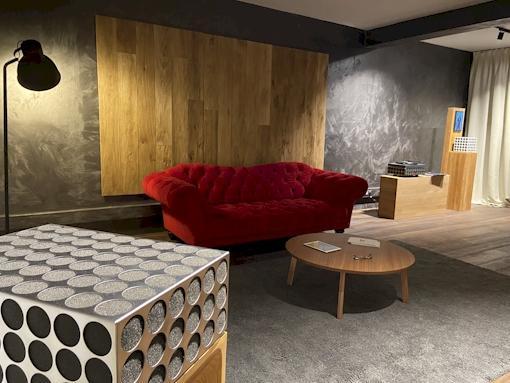 Klangwelt Graz rotes Sofa